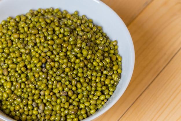 Semente do feijão verde na tabela.