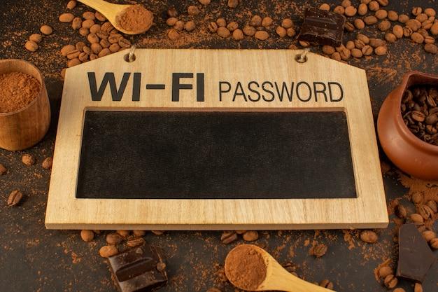 Sementes de café marrom de uma vista superior com barras de chocolate. placa de senha de wi-fi