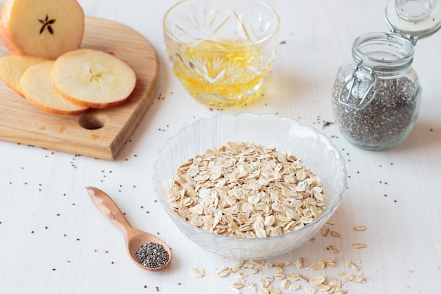 Sementes de chia, cereais de aveia e maçã no café da manhã