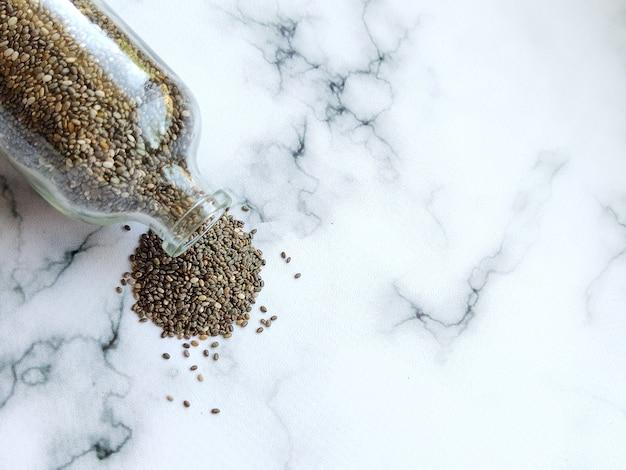 Sementes de chia polvilhadas em um mingau de fundo branco para uma dieta saudável