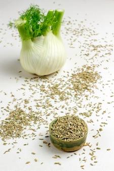 Sementes de erva-doce em caixa. lâmpada de erva-doce na mesa. nutrição saudável.