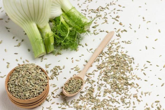 Sementes de erva-doce na colher, caixa, na mesa.