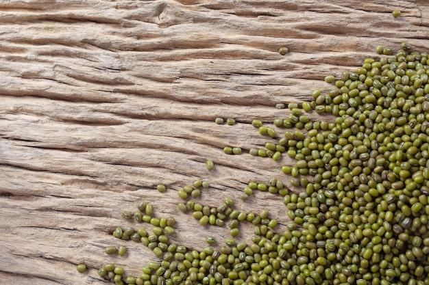 Sementes de feijão mungo em um fundo de madeira na cozinha