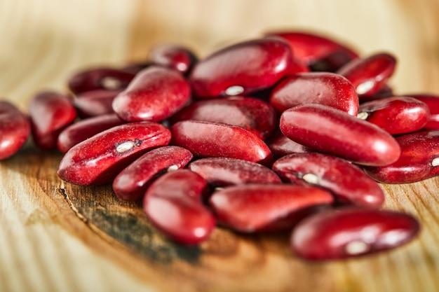 Sementes de feijão vermelho em um fundo de madeira