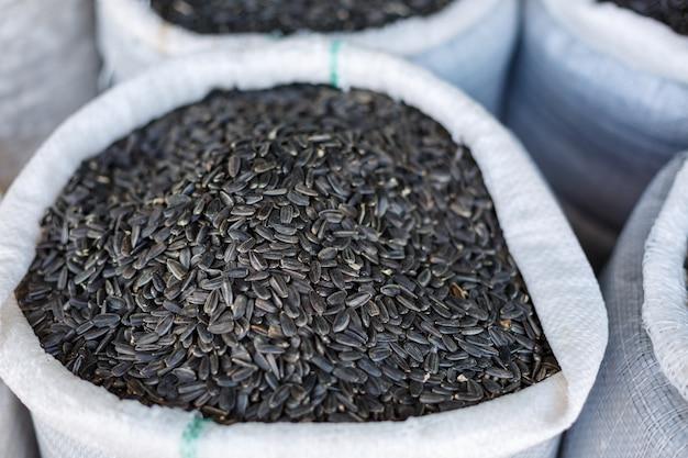 Sementes de girassol pretas em um close-up do saco.