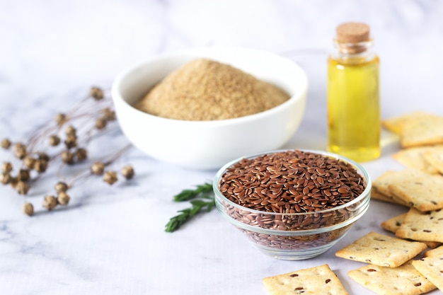 Sementes de linho, farinha de linho, manteiga e bolachas com brotos e cápsulas de linho
