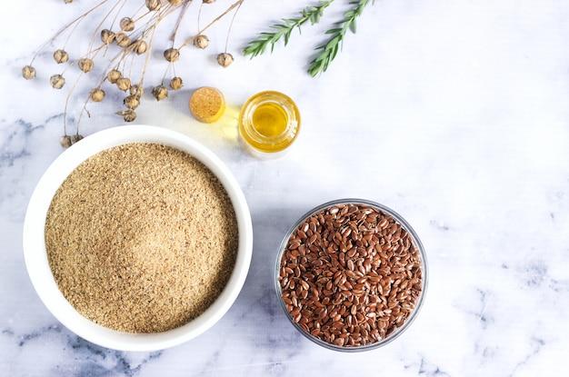 Sementes de linho, farinha de linho, óleo com couve e caixas de sementes de linho