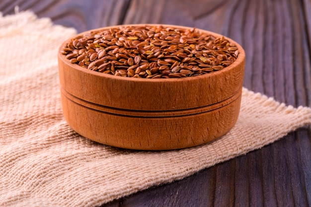Sementes de linho marrom ou semente de linho em uma tigela pequena
