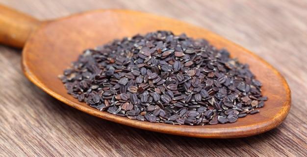 Sementes de manjericão medicinal na colher de pau