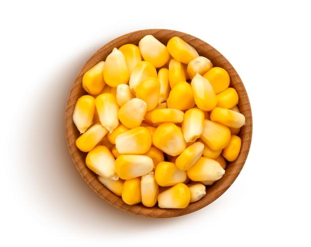 Sementes de milho fresco isoladas no branco com traçado de recorte, vista superior