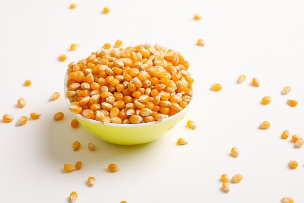 Sementes de milho secas na tigela em branco