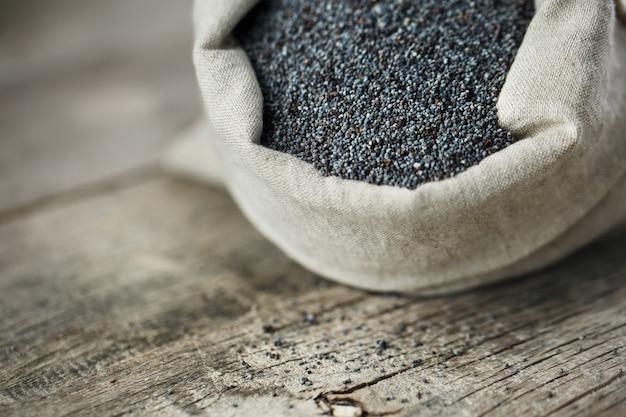 Sementes de papoila em um saco de serapilheira. as sementes saborosas e úteis, ricas em proteínas e óleos.