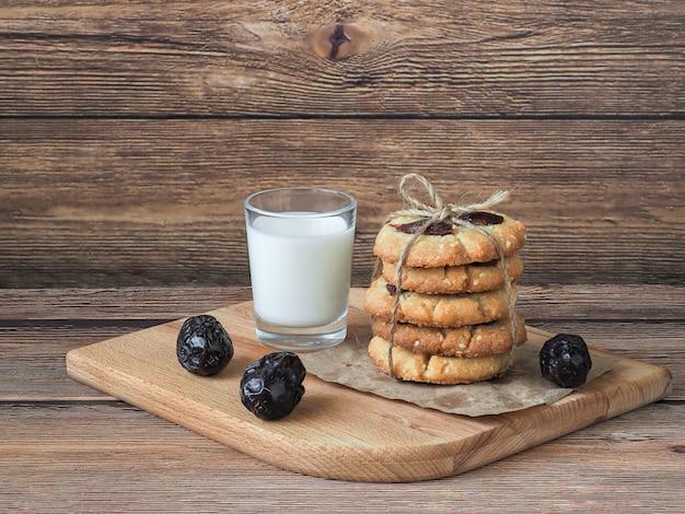 Sementes de tahine e gergelim recém-assadas com tâmaras e biscoitos de leite