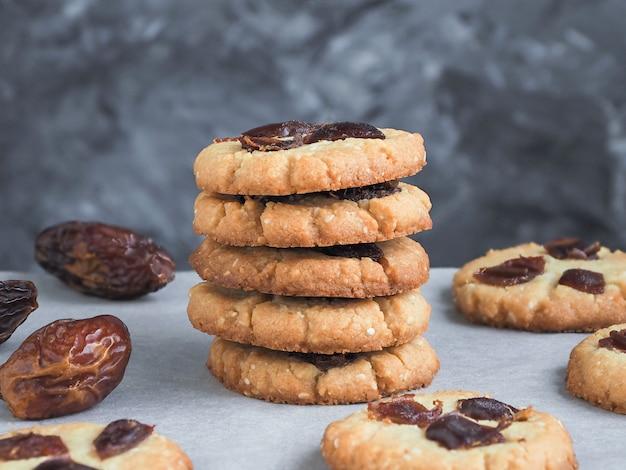 Sementes de tahine e gergelim recém-assados com cookies de datas