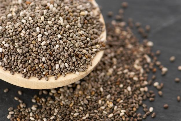 Sementes nutritivos do chia em uma colher, fim acima.