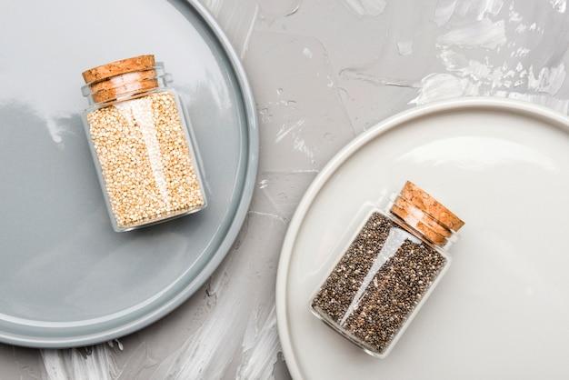 Sementes trituradas em pequenos frascos de vidro de alimentos orgânicos