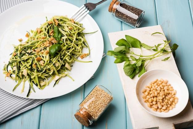 Sementes trituradas em pequenos potes com salada orgânica