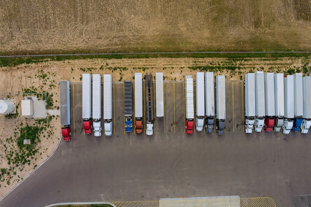 Semi-caminhão com reboque de carga, vista aérea, estacionamento da área de descanso de caminhões