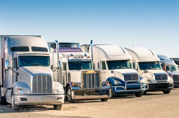Semi-caminhões genéricos em um estacionamento
