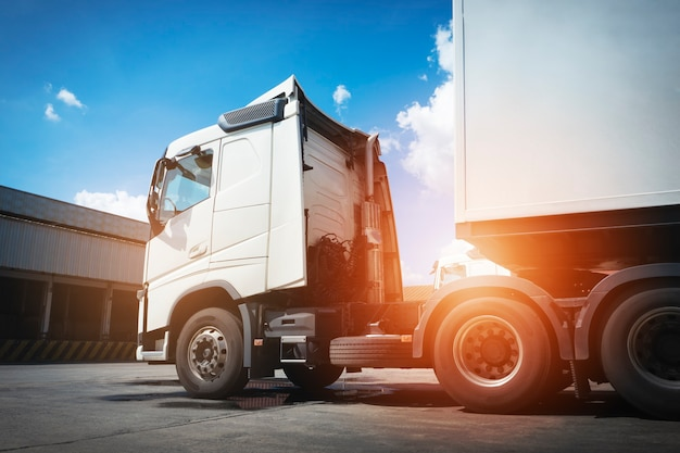 Semi-reboque transporta um estacionamento na indústria de armazéns transporte rodoviário de carga de caminhões de carga logística