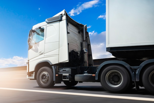 Semi truck driving on the road industry logística de caminhões de carga e transporte de cargas
