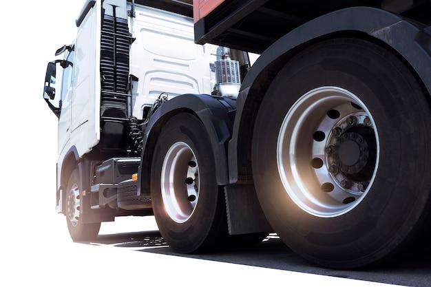 Semi truck um estacionamento no fundo branco transporte de caminhões de carga