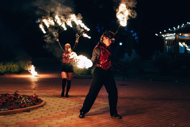 Semigorye, ivanovo oblast, rússia - 26 de junho de 2018: dançarinos profissionais homens e mulheres fazem um show de fogo e desempenho pirotécnico