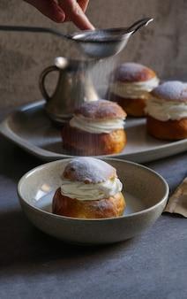 Semla ou semlor, vastlakukkel, laskiaispulla é um doce tradicional feito de várias formas na suécia