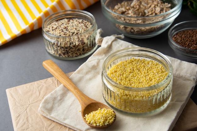 Sêmolas de milho cru com cereais variouse. comida saudável, cereais. cereais não cozidos no café da manhã.