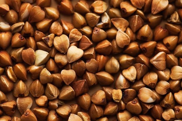 Sêmolas de trigo sarraceno em close-up de quadro inteiro