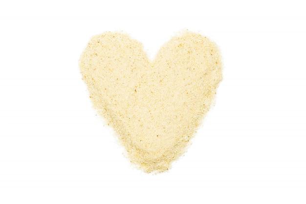 Semolina, em forma de coração, isolado, close-up, macro, vista superior.
