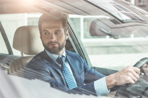 Sempre no estilo, o retrato de um jovem empresário barbudo elegante e bem-sucedido em trajes formais é