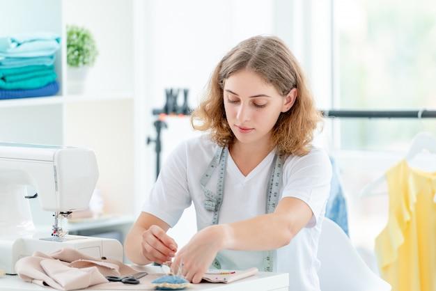 Sempstress descreve esboço de futuras peças de roupa