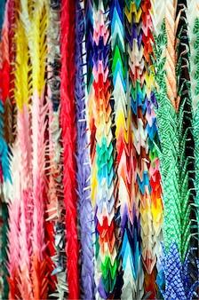Senba-zuru colorido, origami de orizuru ou dobra de papel do guindaste.