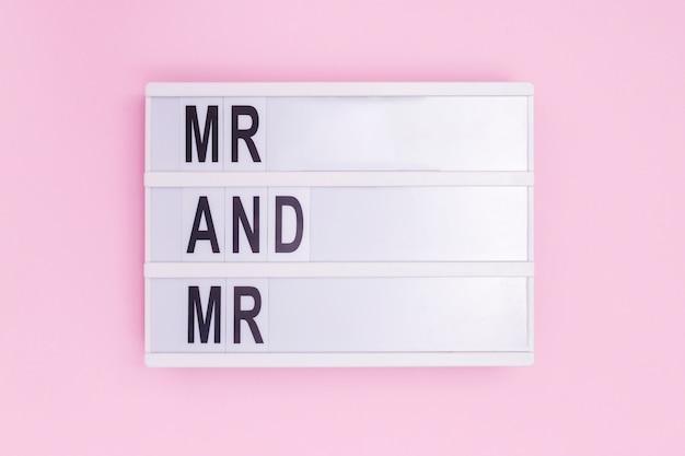 Senhor e senhor mensagem caixa de luz no fundo rosa