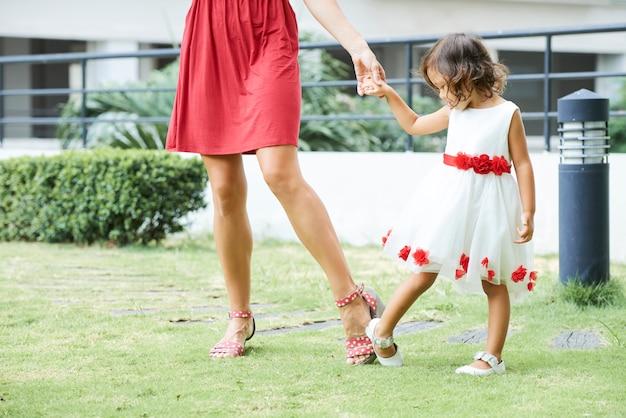 Senhora adulta e pequena dama ao ar livre