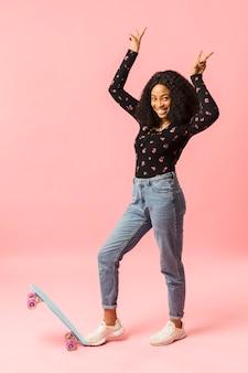 Senhora afro-americana, mostrando sinais de paz Foto gratuita