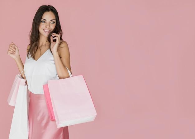 Senhora alegre em camiseta branca e saia rosa