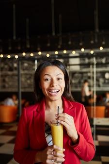 Senhora animada bebendo coquetel alcoólico