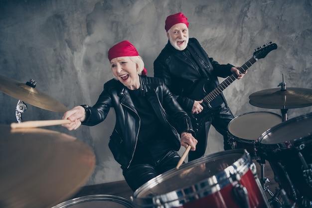 Senhora aposentada homem rock banda popular um time apresentar show