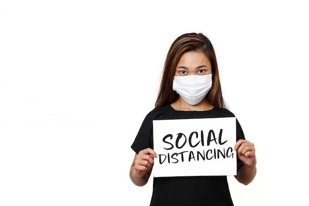 Senhora asiática de cabelos longos em pé com texto social de distanciamento