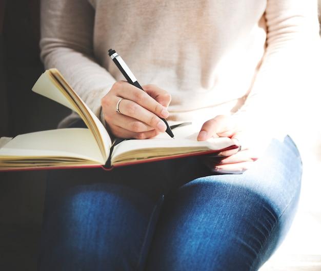 Senhora asiática escrevendo notebook diário conceito