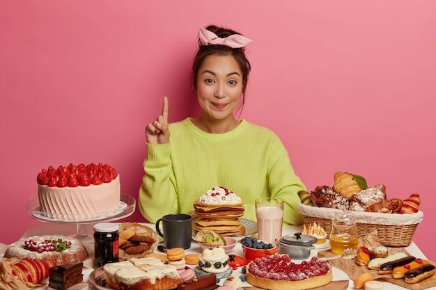 Senhora asiática obcecada por doces caseiros
