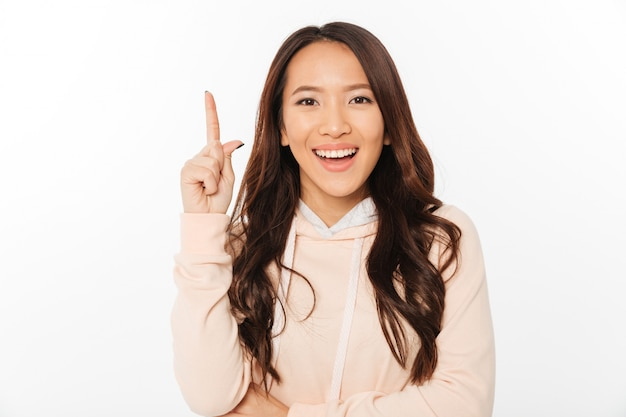 Senhora asiática positiva tem uma idéia.