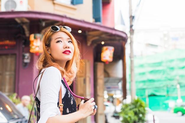 Senhora atraente com câmera