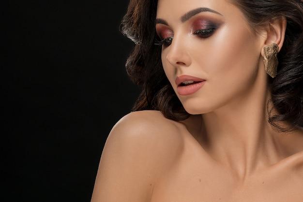 Senhora atraente com cílios longos, sombra para os olhos a brilhar.