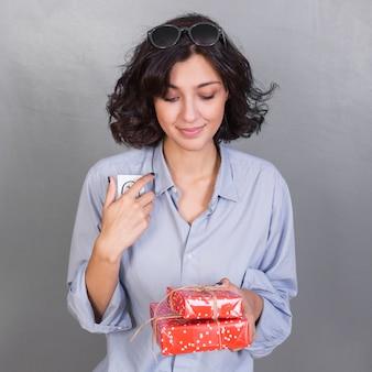 Senhora atraente com presentes