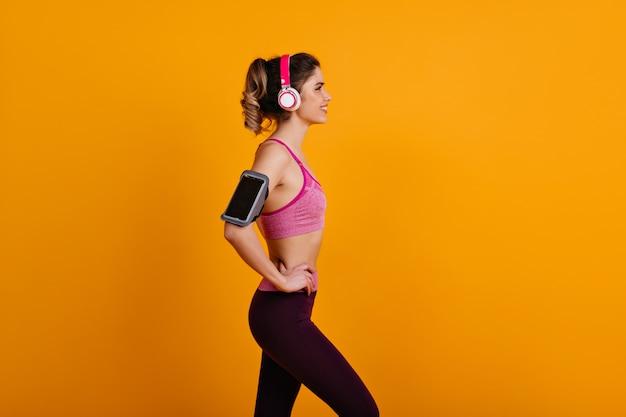 Senhora bem torneada fazendo exercícios aeróbicos