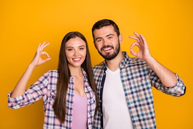 Senhora charmosa cara bonito casal cheio de dentes sorrindo e mostrando símbolos ok