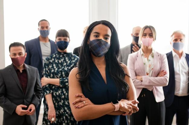 Senhora chefe usando máscara, novo normal covid 19